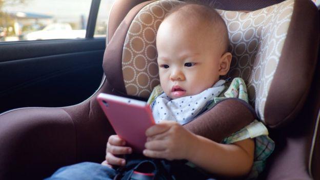 Celular e tablets para crianças: passar muito tempo usando eletrônicos pode prejudicar desenvolvimento
